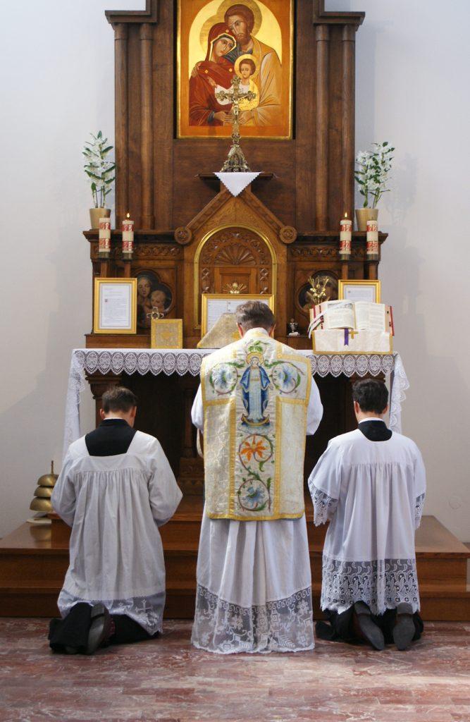 Modlitwy ustopni ołtarza.