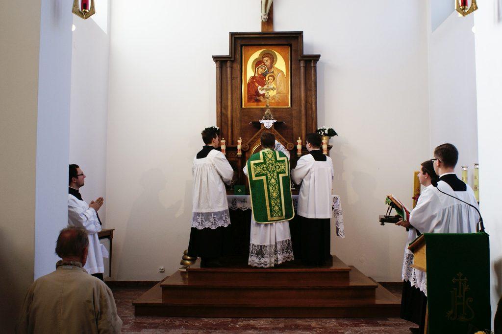 Okadzenie krzyża ołtarzowego.