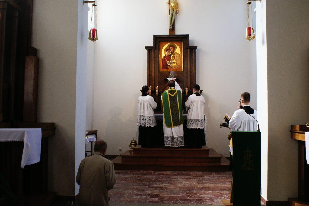 Okadzenie krzyża ołtarzowego